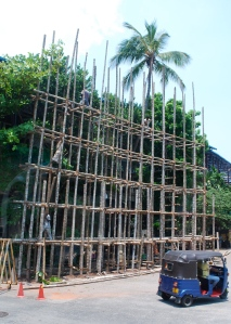 Construction scaffolding made of bamboo. ©Jean Janssen