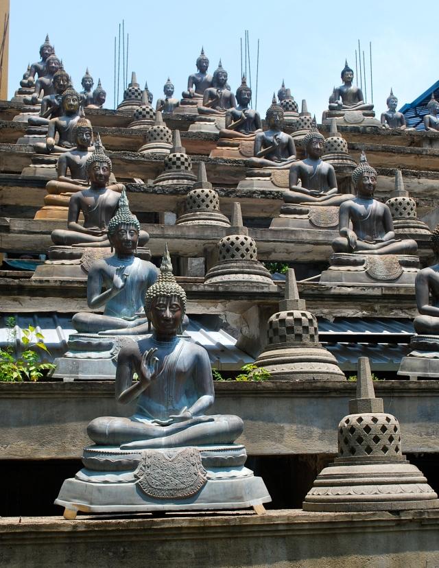 Statues of buddha at the Gangaramaya Temple in Colombo, Sri Lanka.  ©Jean Janssen