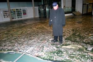 Boris on the floor map of  Linz, Austria. ©Jean Janssen