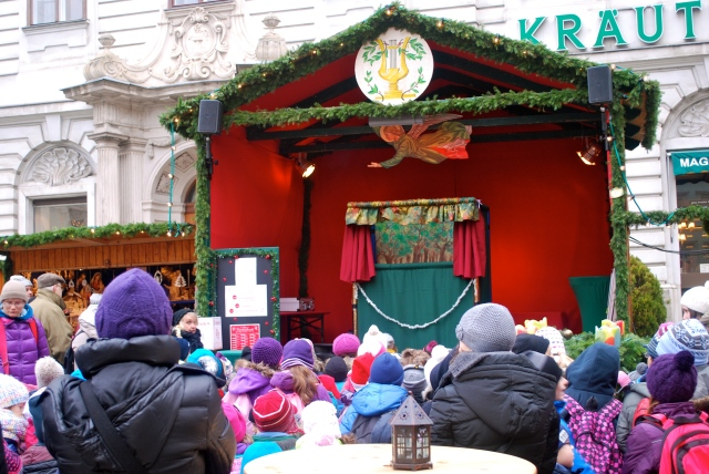 A children's puppet show at the Christmas market in Vienna,  Austria ©Jean Janssen