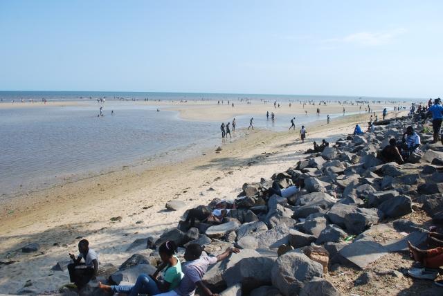 Costa do Sol public beach in Maputo, Mozambique ©Jean Janssen