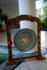 Ringing the gong signals the arrival of a new guest at the Hilton Mauritius. ©Jean Janssen
