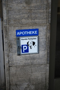 Municipal sign in Munich Germany.  Literally, it means dog parking. ©Jean Janssen