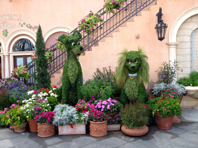 Lady and the Tramp topiaries in EPCOT'S Italy, WDW. ©Jean Janssen