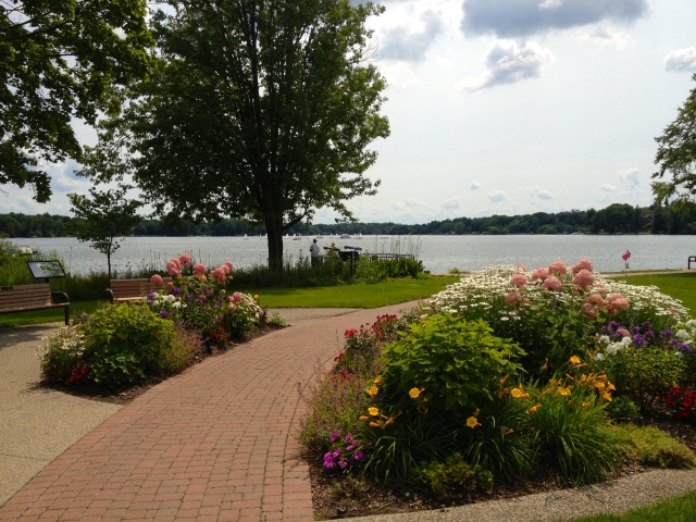 View of Reed's Lake beside Rose's on Lakeside in East Grand Rapids, Michigan ©Jean Janssen