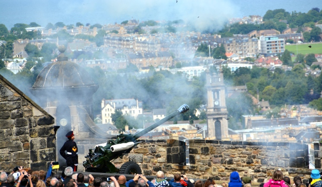 The one o'clock gun at Edinburgh Castle, Scotland ©Jean Janssen