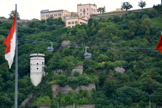 The cable car over the Rhine at the German Corner with views of the Ehrenbreitstein fortress. ©Jean Janssen